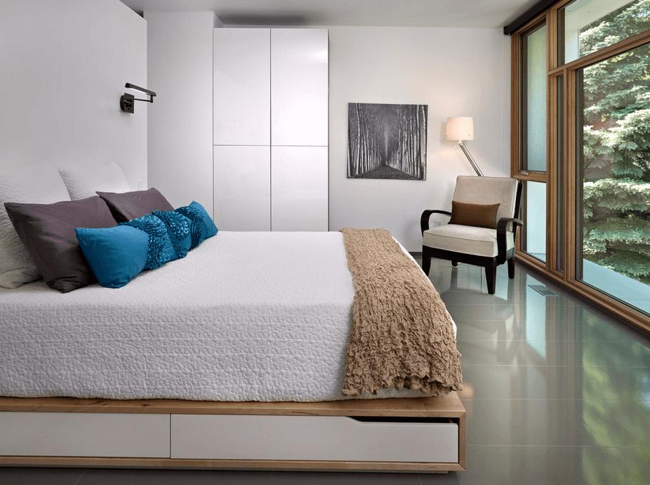 Современная конструкция выдвижных полок под кроватью