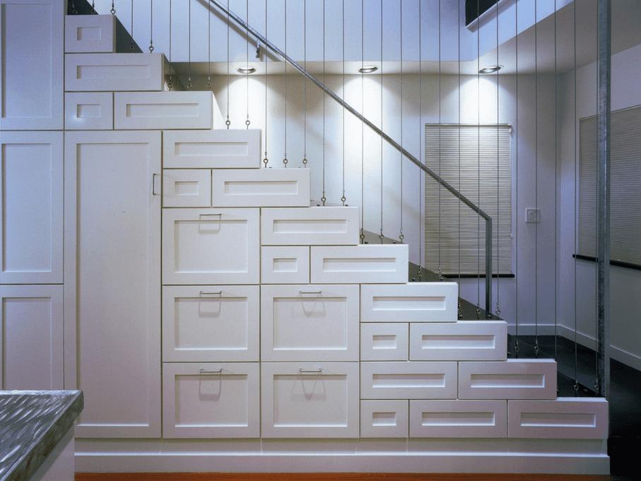 Выдвижные полки под лестницей
