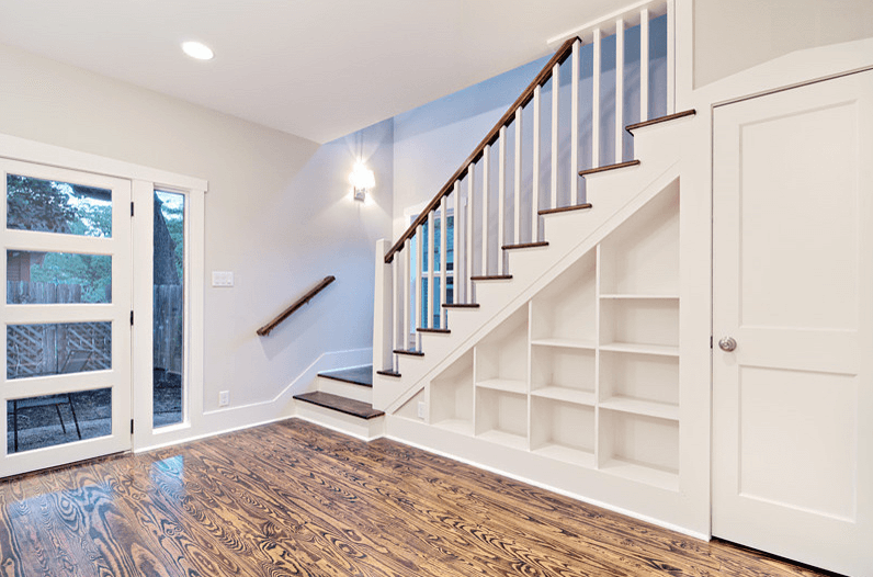 Белый стеллаж под лестницей