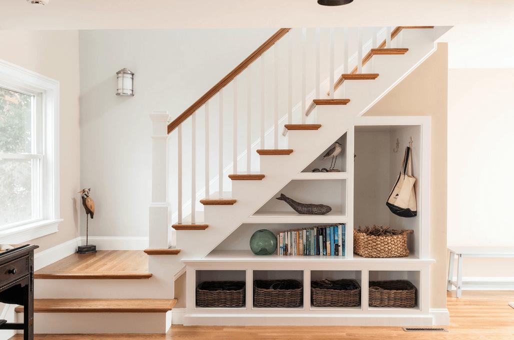 Место для хранения под лестницей