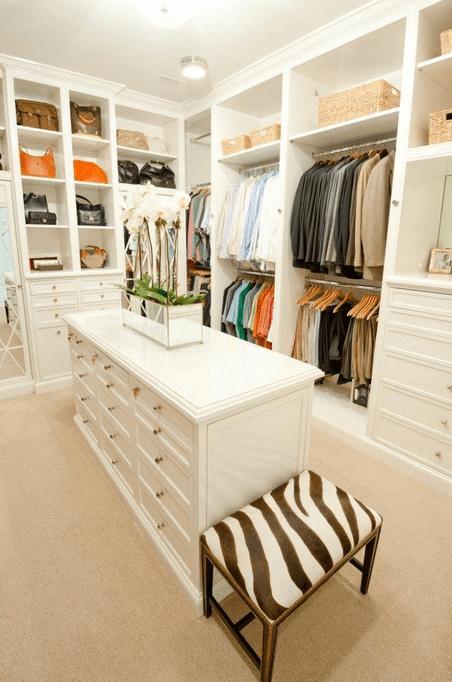 Белоснежный интерьер гардеробной