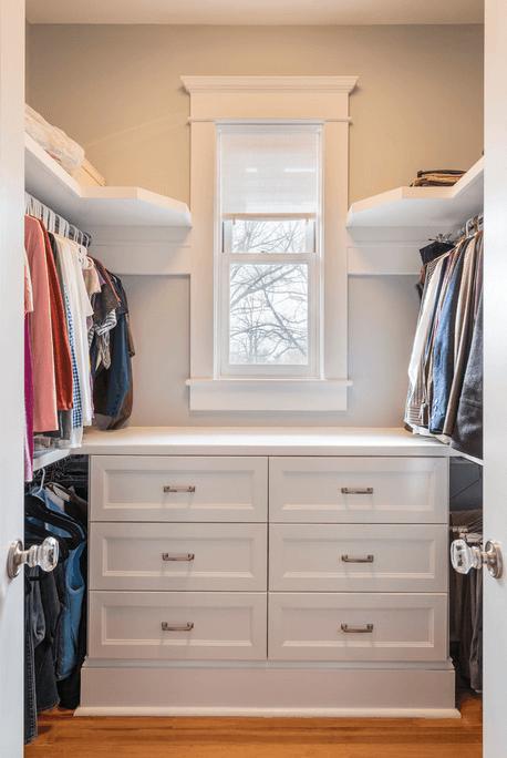 Белый комод в гардеробной