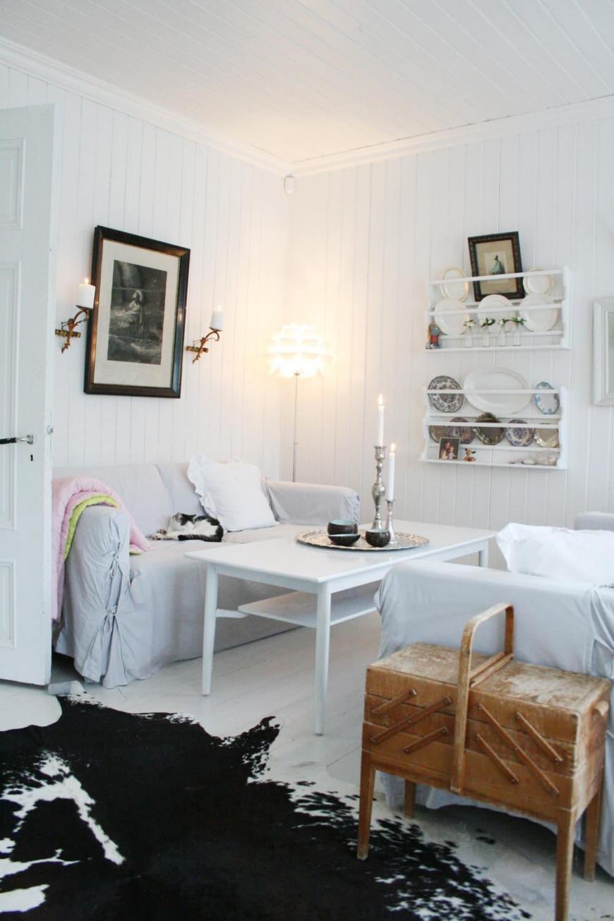 Белый столик у дивана