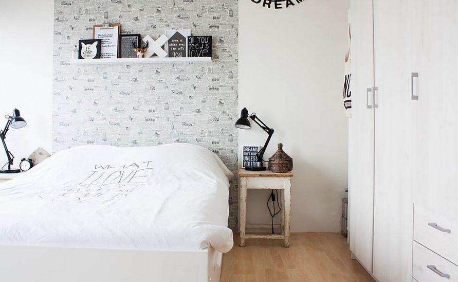 Белое постельное белье в спальной комнате