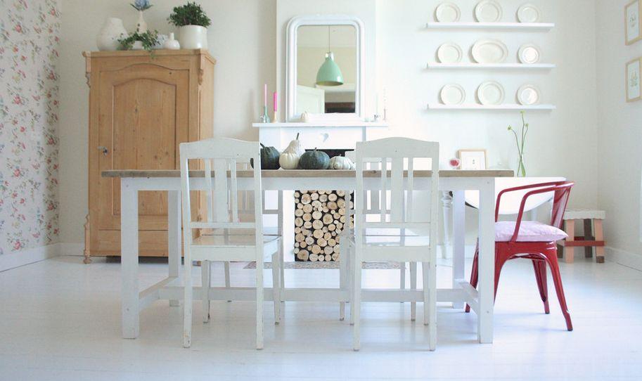 Белые стулья у обеденного стола