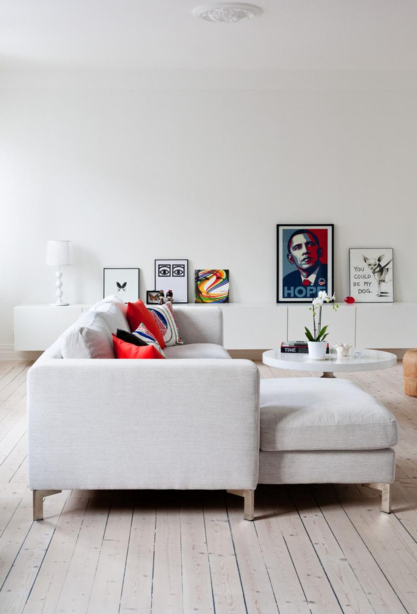 Светлый угловой диван в гостиной