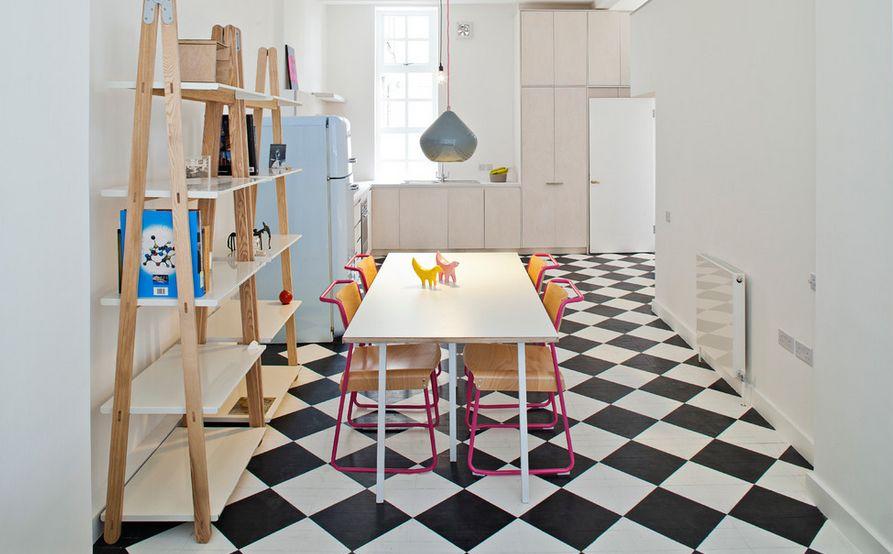 Белый столик в интерьере детской