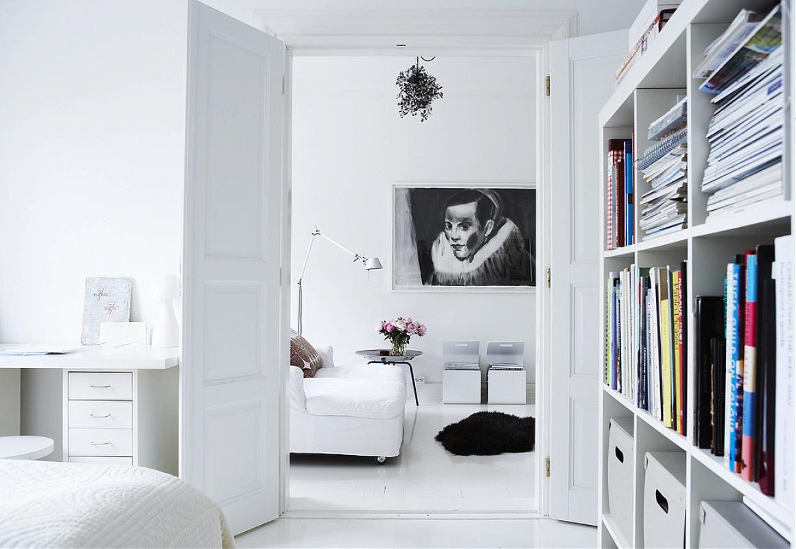 Картина на стене в интерьере