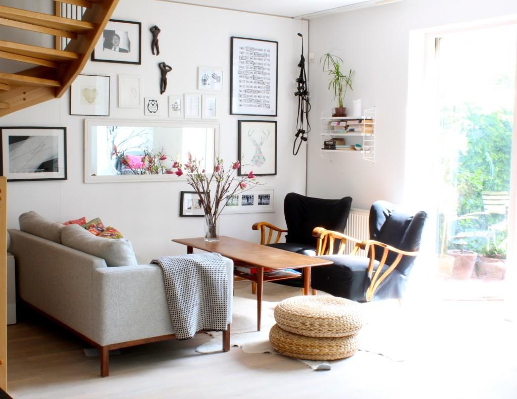 Столик у дивана в гостиной