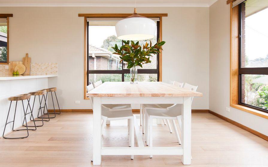 Обеденный деревянный стол со стульями