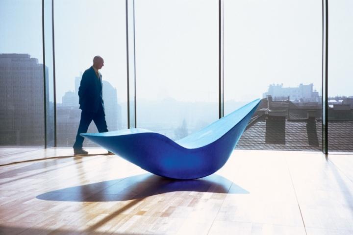 Фигурное кресло в синем цвете