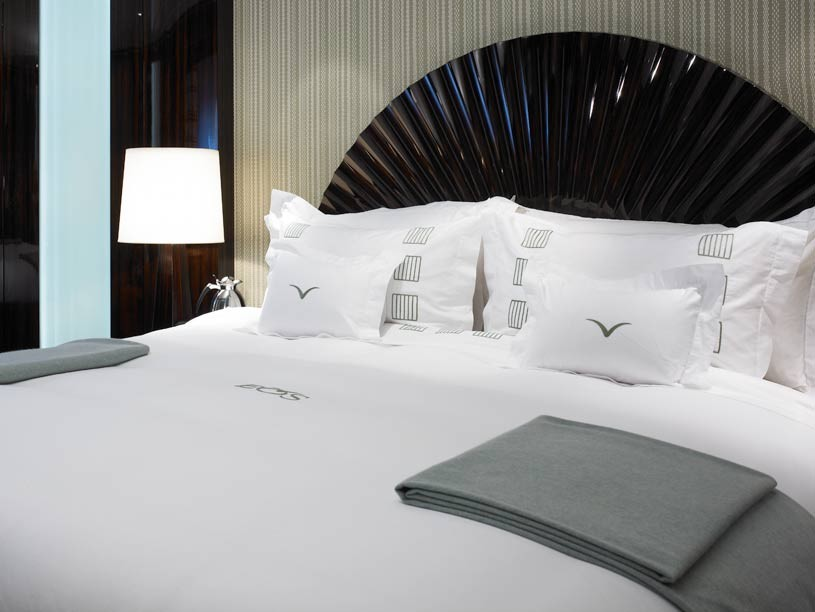 Белое постельное белье в спальне в стиле арт-деко