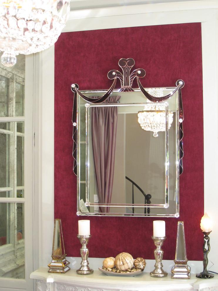 Зеркало на яркой стене в стиле арт-деко