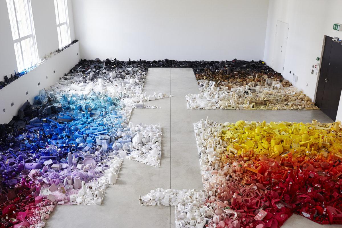 Разноцветная композиция из мусора