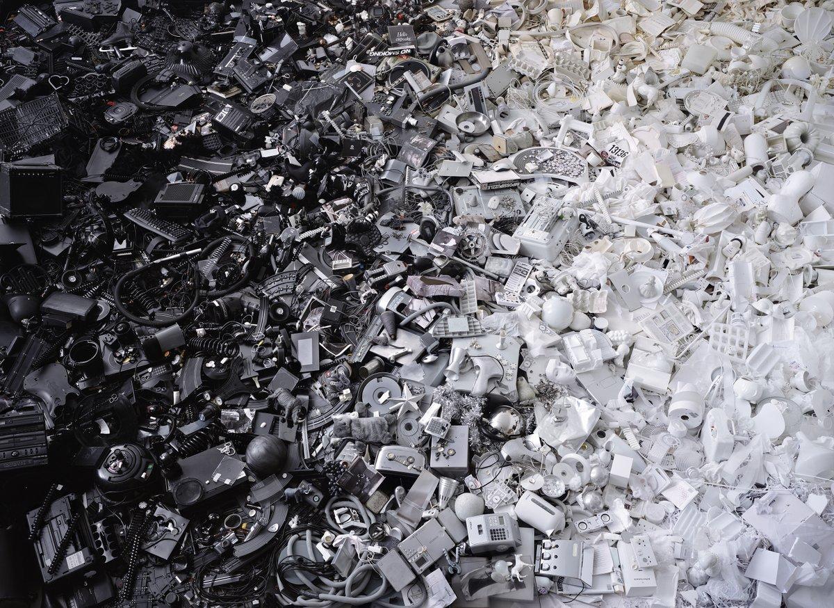 Черно-белая композиция из мусор