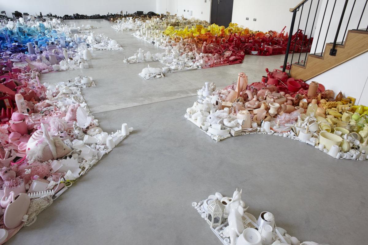 Кучки с мусором создающие шикарную композицию