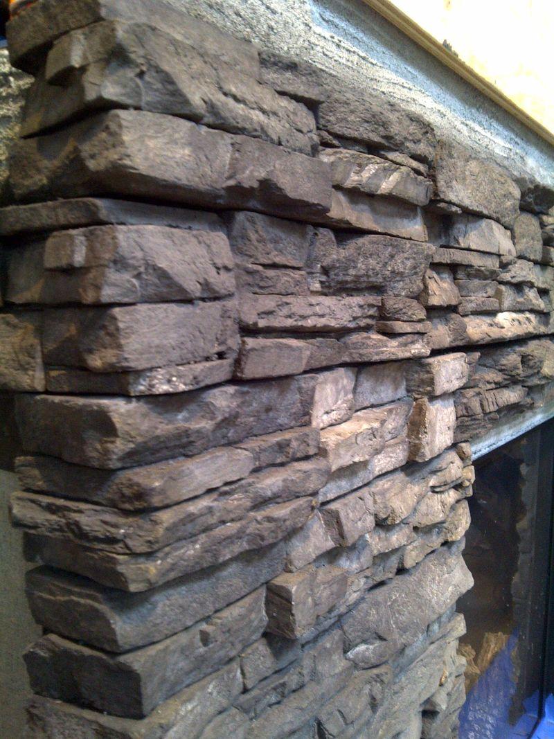 Чудное оформление стен интерьера декоративным камнем