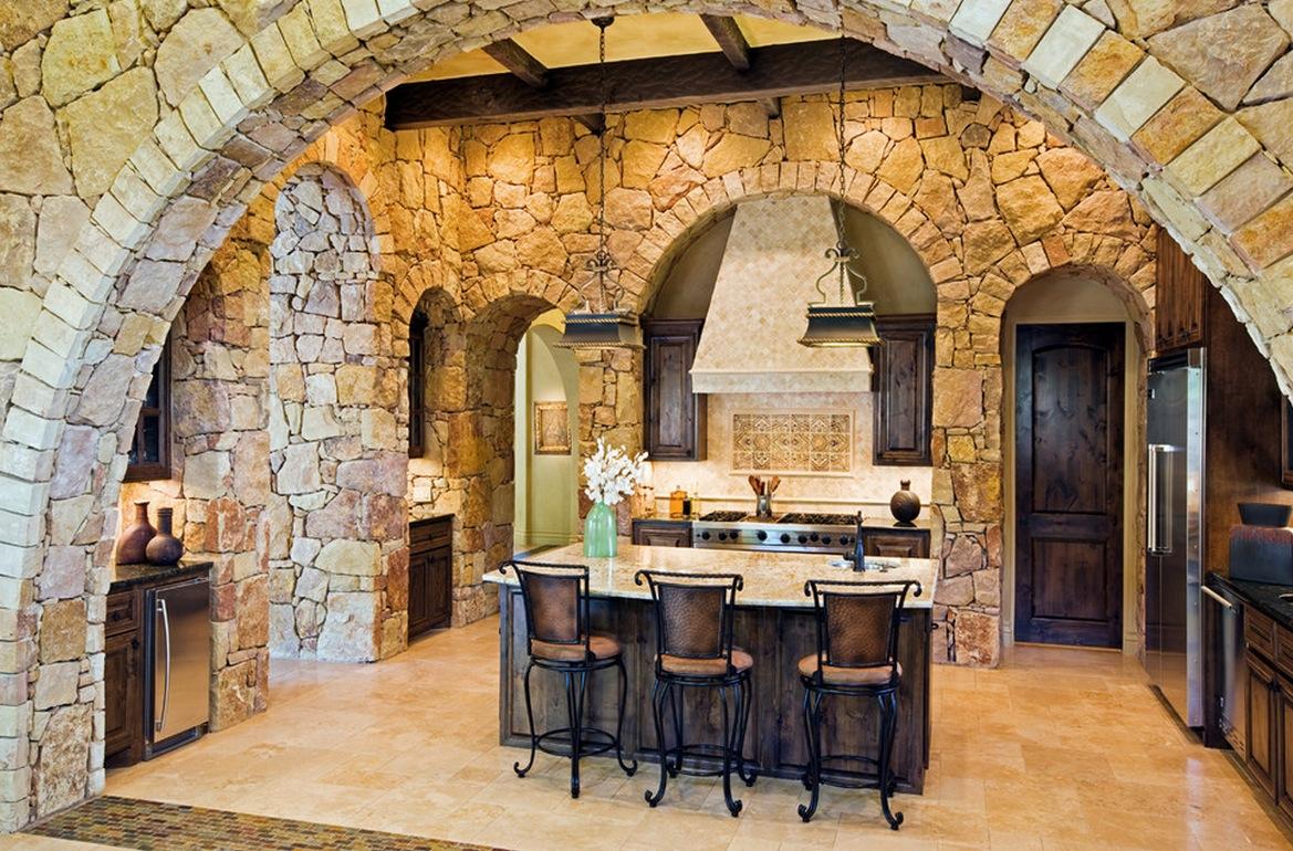 Яркое ооформление стен интерьера декоративным камнем