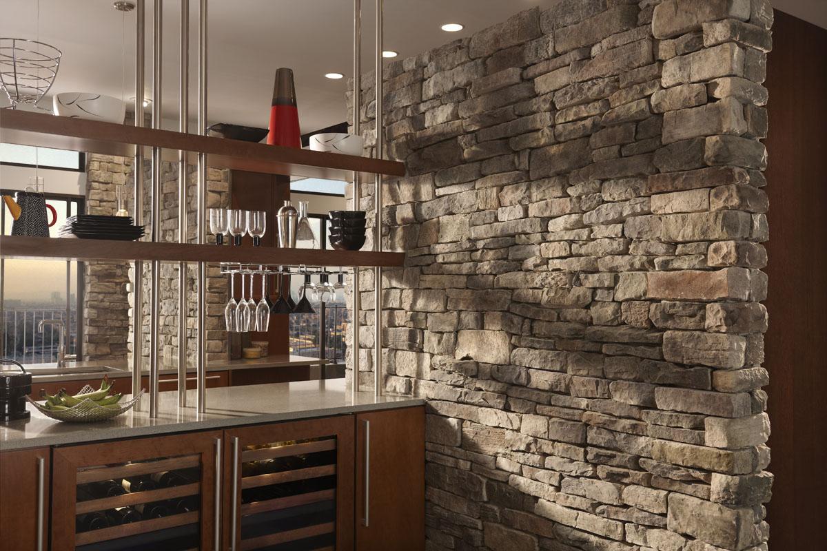 Шикарное ооформление стен интерьера декоративным камнем