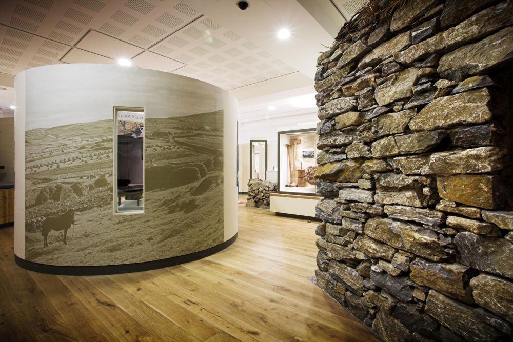 Головокружительное ооформление стен интерьера декоративным камнем