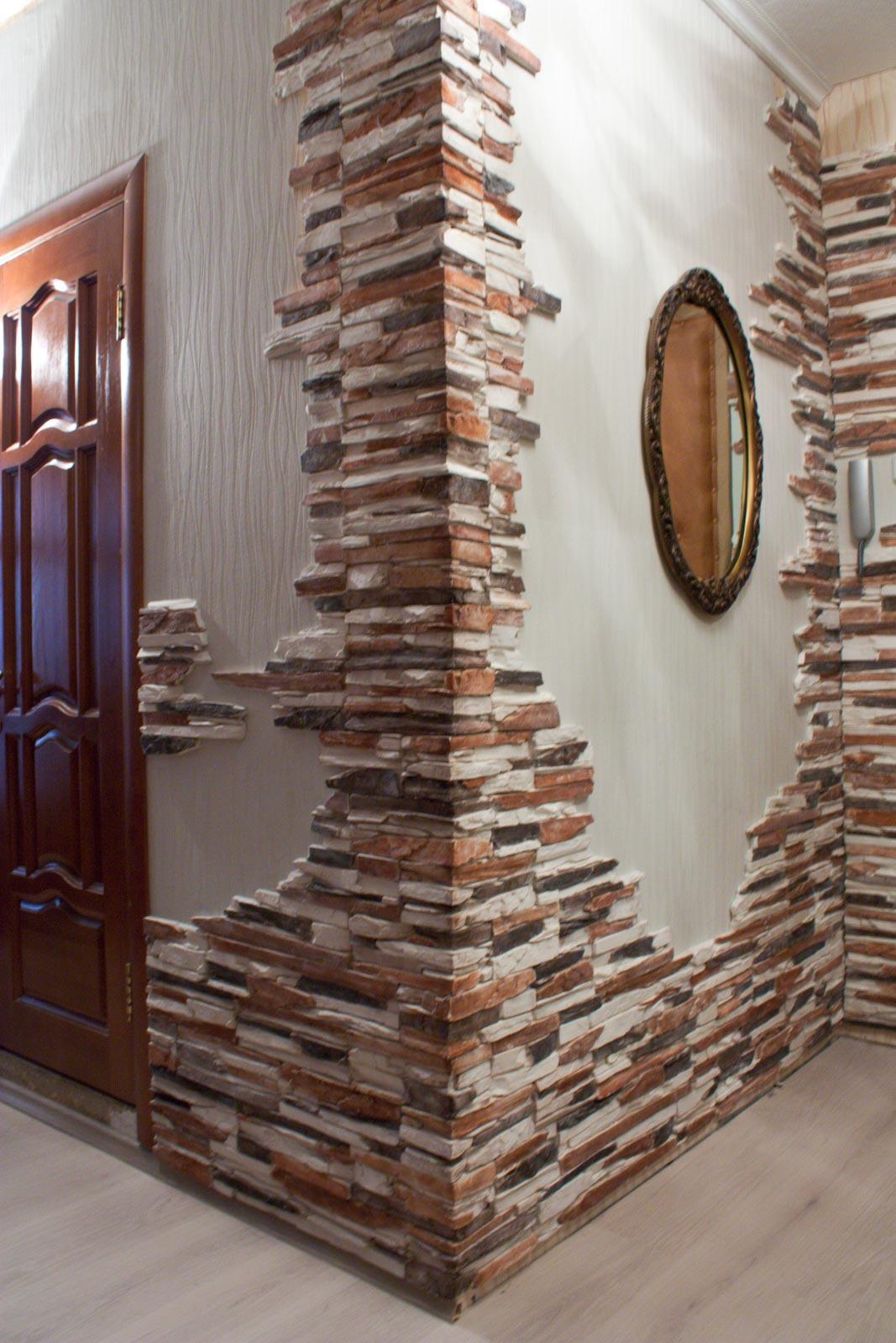 Яркое оформление стен интерьера декоративным камнем