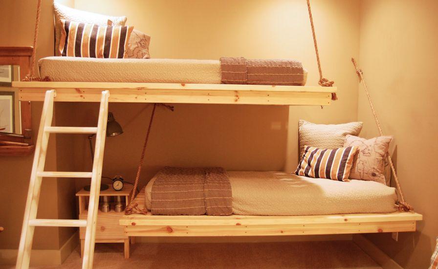 Навесная двухъярусная кровать
