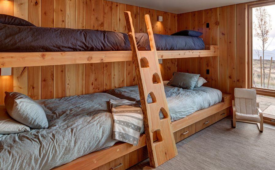 Оформление двухъярусной кровати из дерева