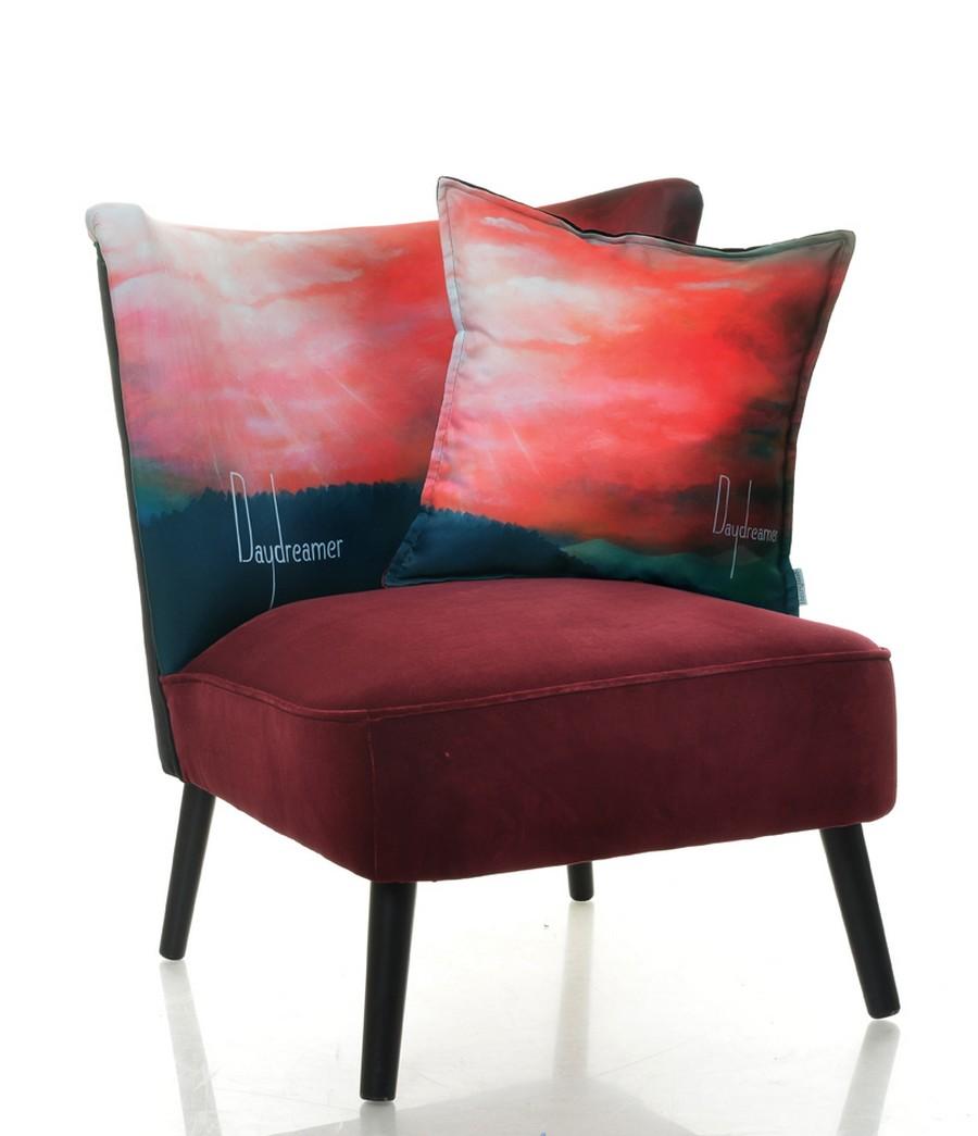 Яркое кресло с подушкой