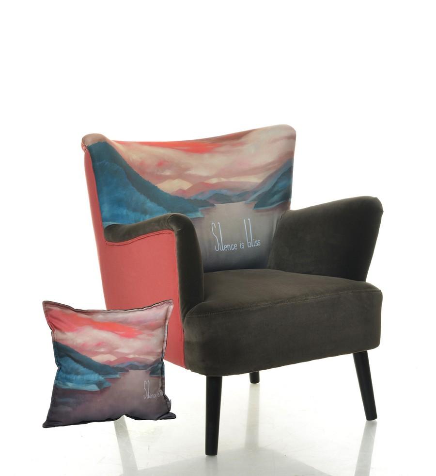 Кресло с подлокотниками и подушкой в яркой обивке