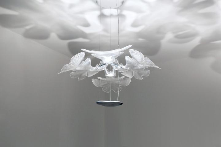 Тень на потолке от дизайнерского светильника из стекла