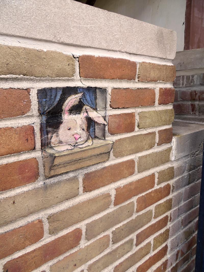 Рисунок зайца на фасаде