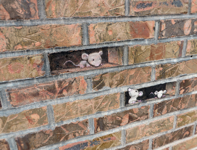 Рисунки мышек на фасаде