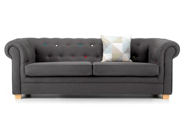 Серый диван с разноцветными пуговицами