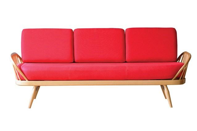 Красный диван с подушками