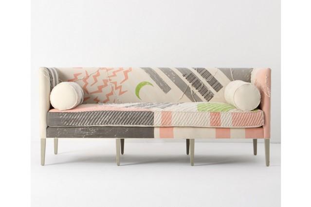 Яркий рисунок на обивке дивана