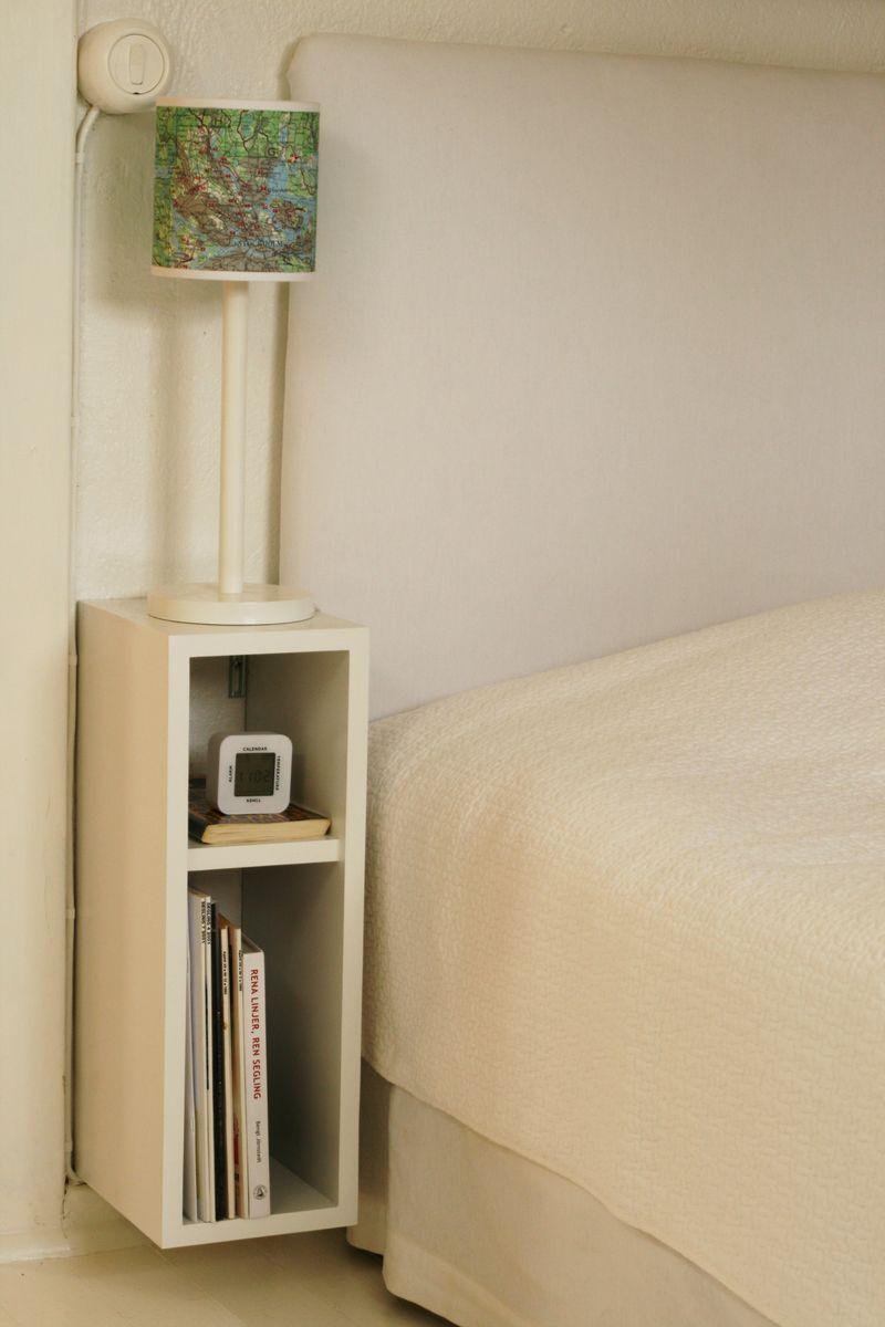 Настенный столик с полочками у кровати