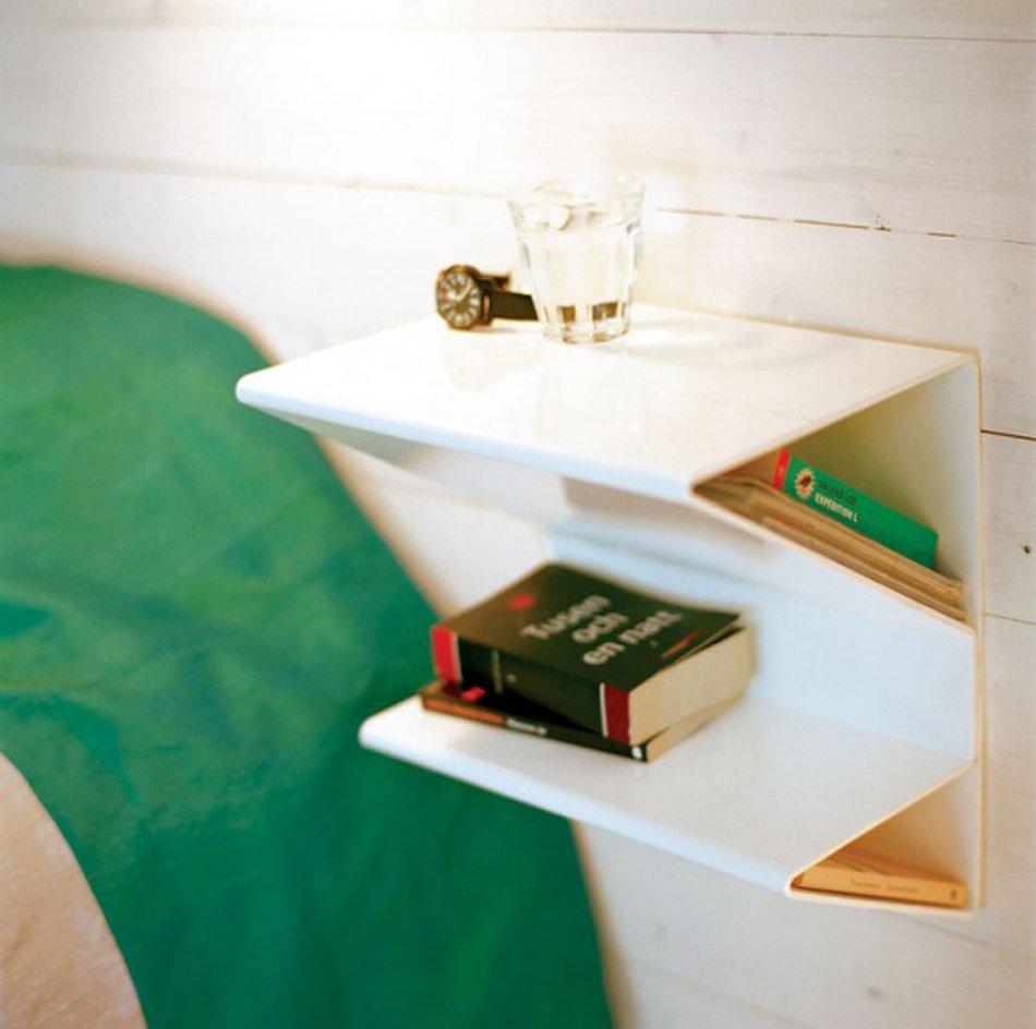 Необычная форма настенной полки в спальне