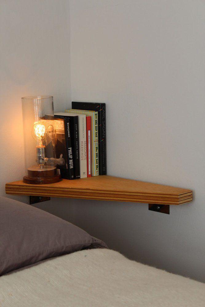 Деревянная полка в спальне