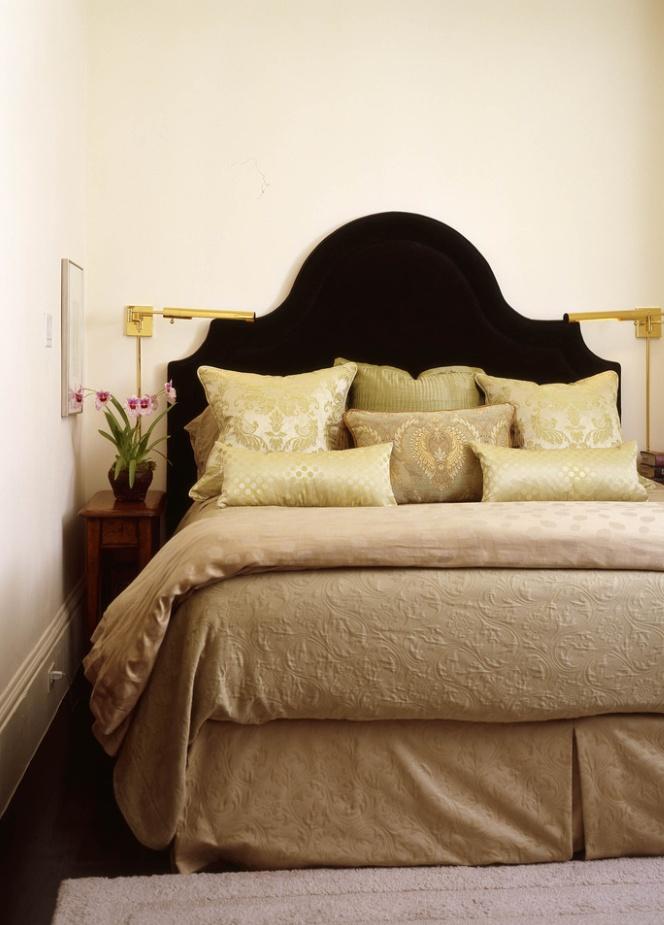 Узкий столик у кровати в спальне