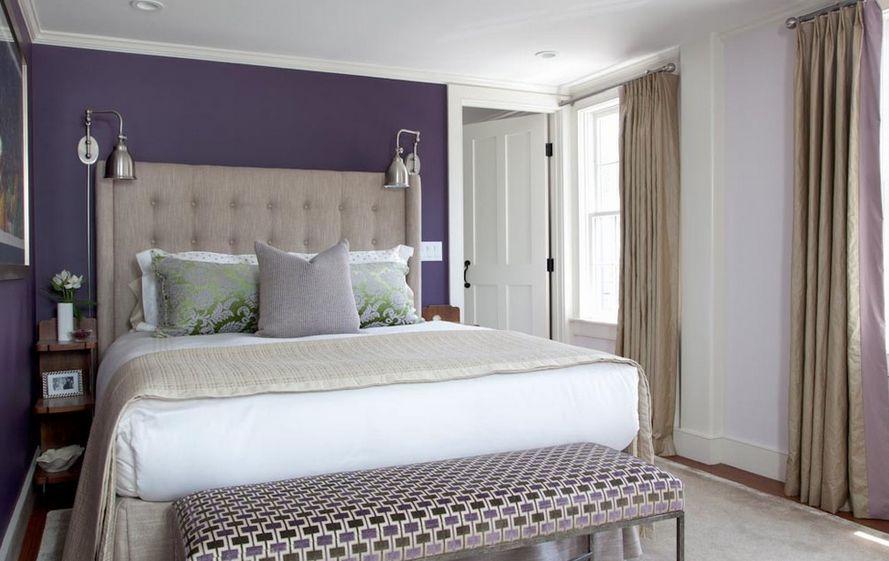 Узкие полки у кровати в спальне