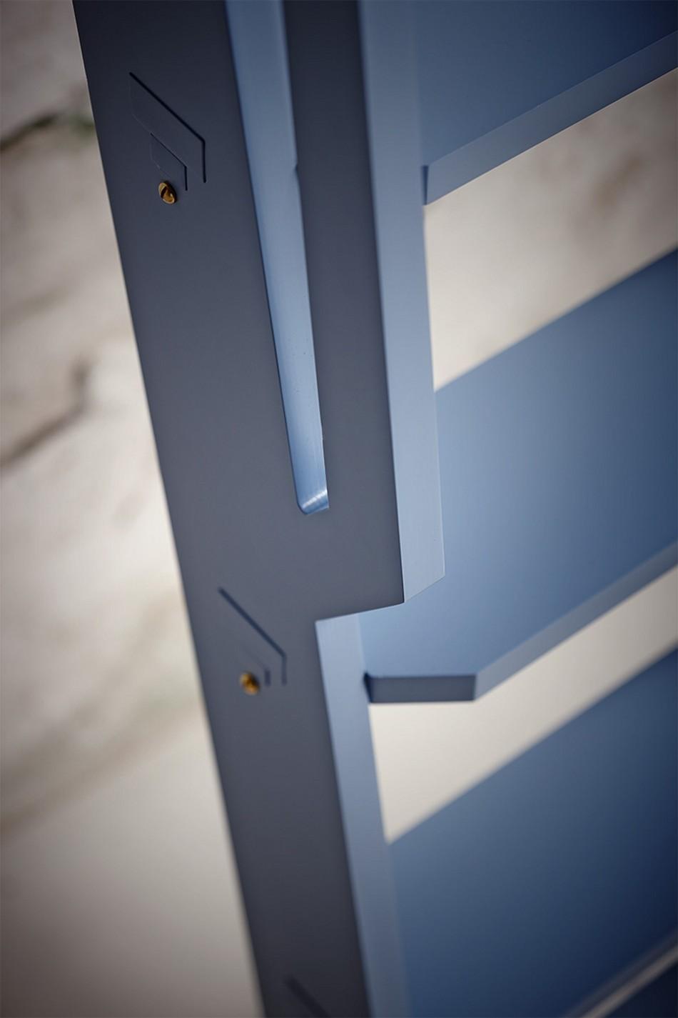 Синяя лестница в качестве полки для книг