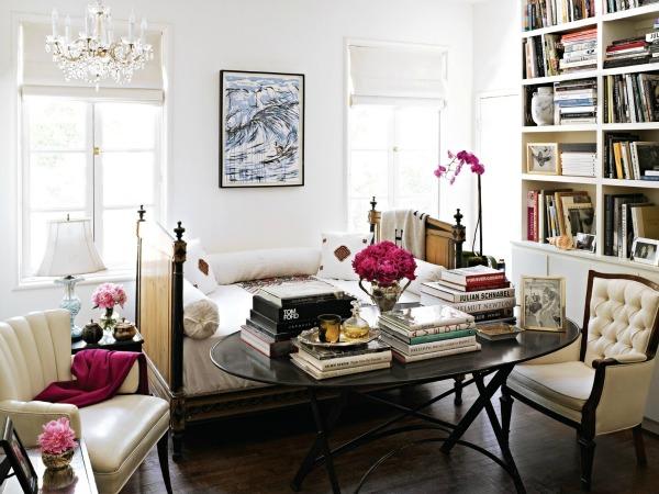 Высокий стеллаж с книгами в зоне отдыха
