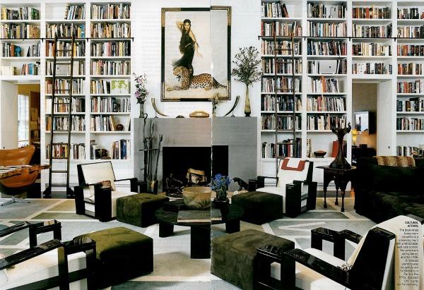 Высокий стеллаж с книгами в гостиной