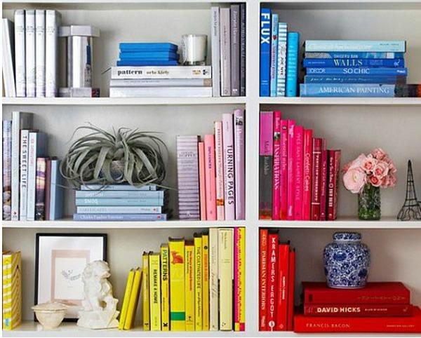 Книги на полках распределенные по цвету