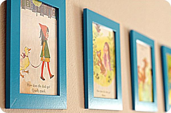 Иллюстрации из книг в рамках на стенах