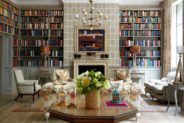Встроенные полки с книгами вокруг камина