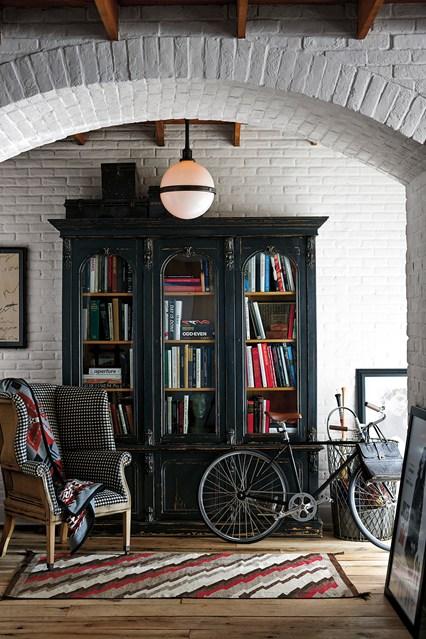 Черный шкаф с книгами