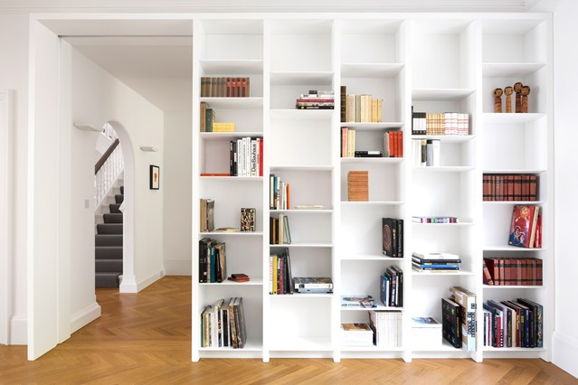 Белый стеллаж с книгами