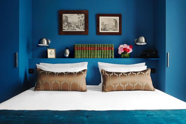 Полка для книг за изголовьем кровати