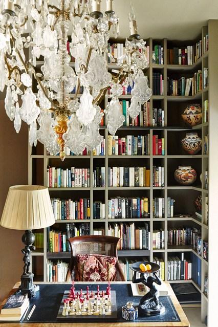 Серый угловой стеллаж для книг